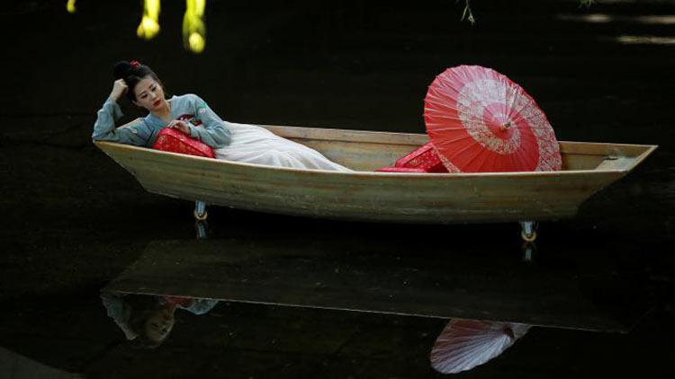 চীনের বেইজিংয়ের একটি পার্কে ফটোশুটের সময় তোলা ছবি