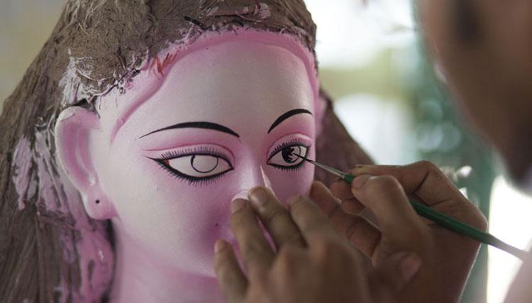 হিন্দু সম্প্রদায়ের সবচেয়ে বড় উৎসব শারদীয় দুর্গা পূজা উপলক্ষে প্রতিমা তৈরির কাজে মহাব্যস্ত মৃৎশিল্পীরা