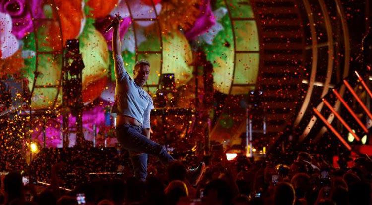 কোল্ডপ্লে ব্যান্ডের প্রধান গায়ক ক্রিস মার্টিন আইহার্ট রেডিও মিউজিক ফেস্টিভ্যালে সংগীত পরিবেশন করছেন