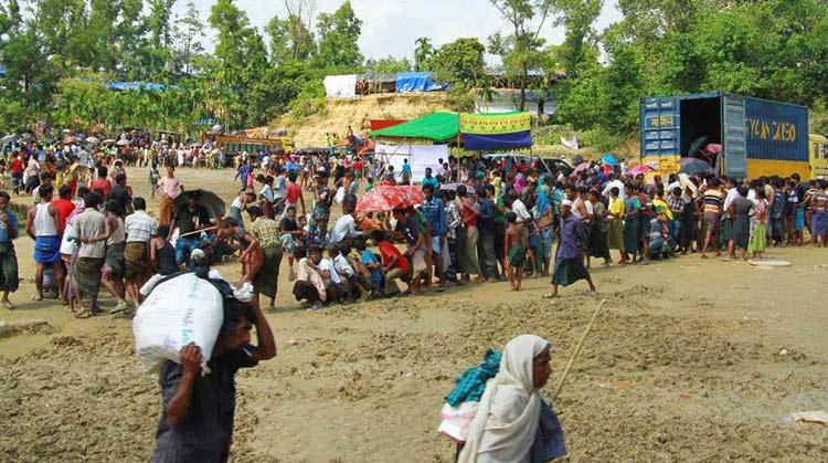কক্সবাজারের বালুখালীতে লাইনে দাঁড়িয়ে ত্রাণ নিচ্ছেন মিয়ানমারের রোহিঙ্গারা