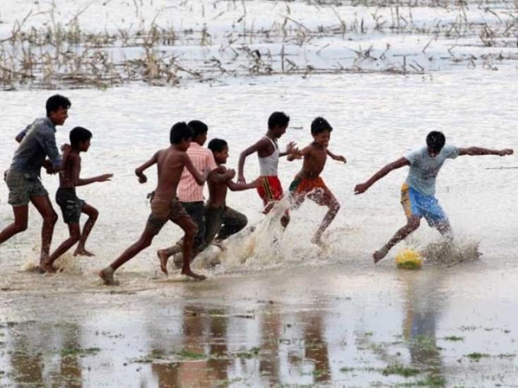 কর্দমাক্ত অবস্থায় ফুটবল খেলায় মেতেছে চঞ্চলেরা