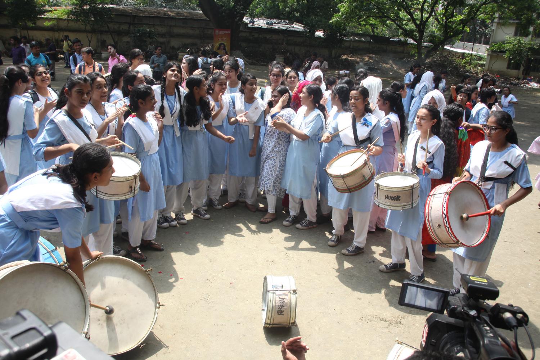 এসএসসির ফলাফল ঘোষণার পরে রাজধানীর ভিকারুননিসা নূন স্কুল অ্যান্ড কলেজের শিক্ষার্থীরা আনন্দ উল্লাসে ফেটে পড়েন
