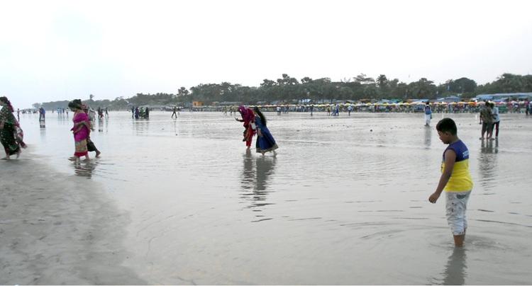 কুয়াকাটা সৈকতের বালুকাবেলা