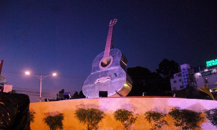 ব্যান্ড তারকা আইয়ুব বাচ্চু স্মরণে চট্টগ্রাম মহানগরীর প্রবর্তন মোড়ে স্থাপিত হয়েছে রুপালি গিটারের প্রতীক