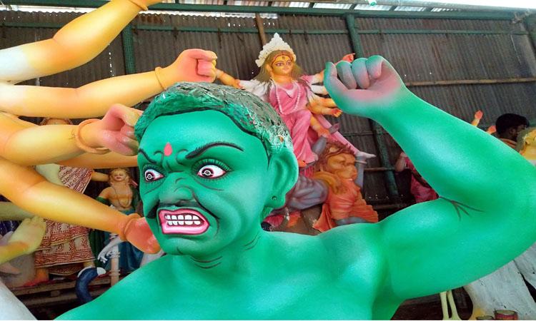 দুর্গাপূজার বাকি আর কয়েকদিন। তাই মন্দিরে মন্দিরে প্রতিমা তৈরিতে ব্যস্ত কারিগররা