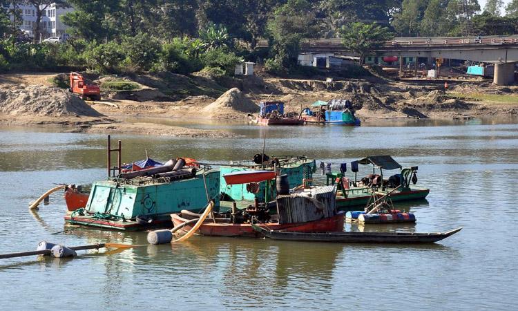 চট্টগ্রামে শঙ্খ নদীতে চলছে অবৈধভাবে বালু উত্তোলন