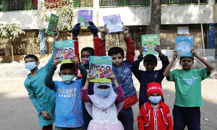 নতুন বই পেয়ে উল্লসিত প্রাথমিক বিদ্যালয়ের শিক্ষার্থীরা