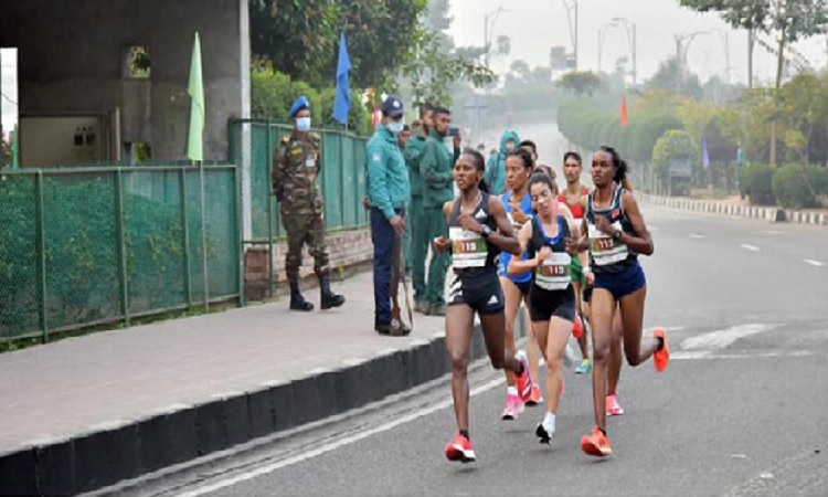 রাজধানীতে 'বঙ্গবন্ধু শেখ মুজিব ঢাকা ম্যারাথন' এ নারী অংশগ্রহণকারীরা