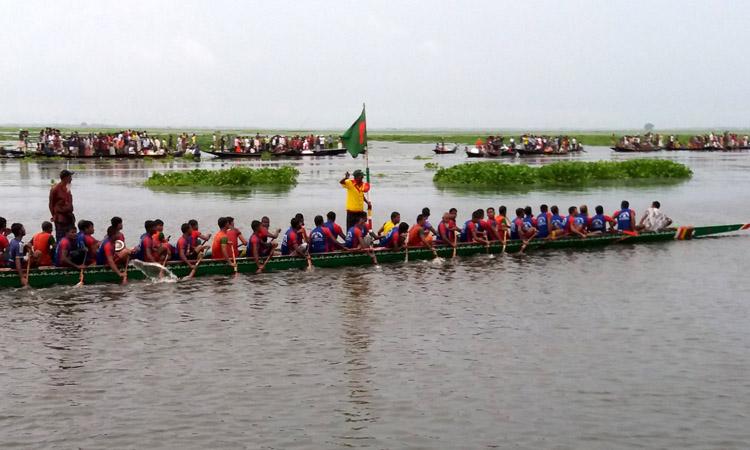 পাবনায় গ্রামবাংলার ঐতিহ্যবাহী নৌকাবাইচ প্রতিযোগিতা