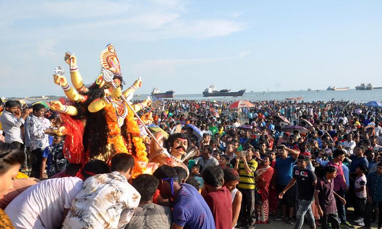 চট্টগ্রামে পতেঙ্গা সমুদ্র সৈকতে প্রতিমা বিসর্জন