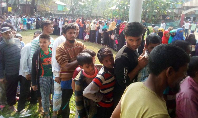 পিরোজপুরের কাউখালীতে পেঁয়াজ বিক্রি করছে টিসিবি। পেঁয়াজ কিনতে ক্রেতার দীর্ঘ লাইন