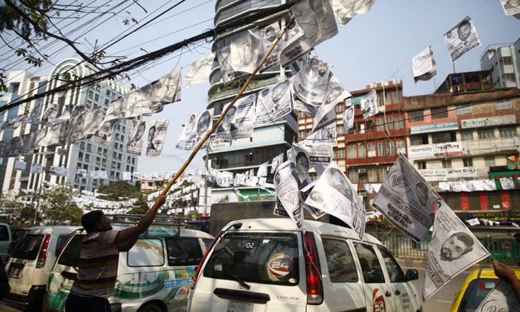 ঢাকা সিটি নির্বাচন শেষে পোস্টার সরাচ্ছে সিটি করপোরেশনের কর্মীরা