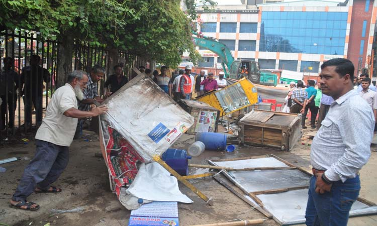 রাজধানীর ফুটপাতে অবৈধ স্থাপনা উচ্ছেদ অভিযান চালিয়েছে ঢাকা দক্ষিণ সিটি করপোরেশন