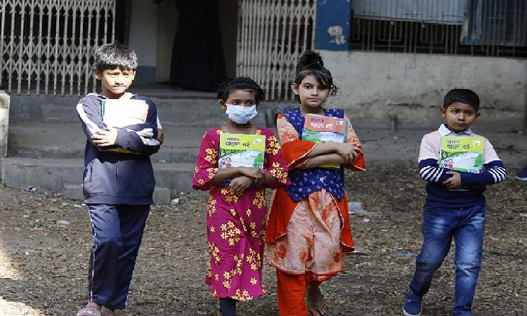 নতুন বছরে বই পেয়ে উল্লসিত প্রাথমিক বিদ্যালয়ের শিক্ষার্থীরা
