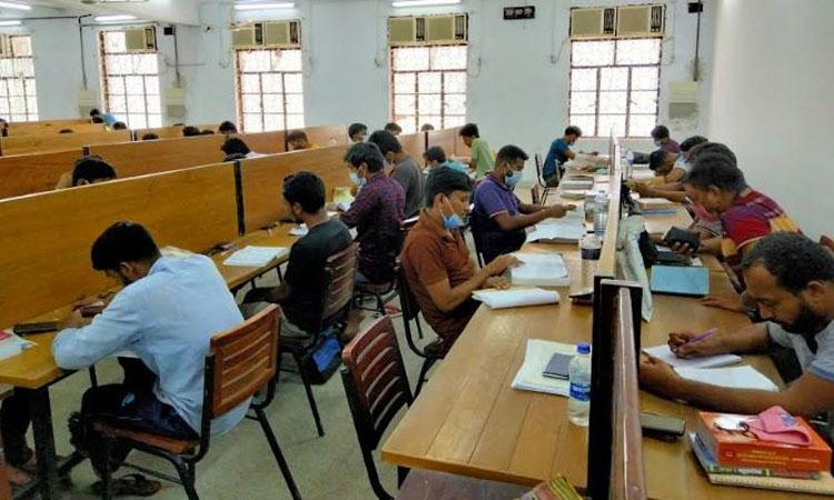 ঢাকা বিশ্ববিদ্যালয়ের গ্রন্থাগারে পড়াশুনা করছে শিক্ষার্থীরা